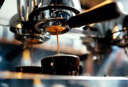 Sztuka parzenia kawy – opanuj ją podczas kursu baristy